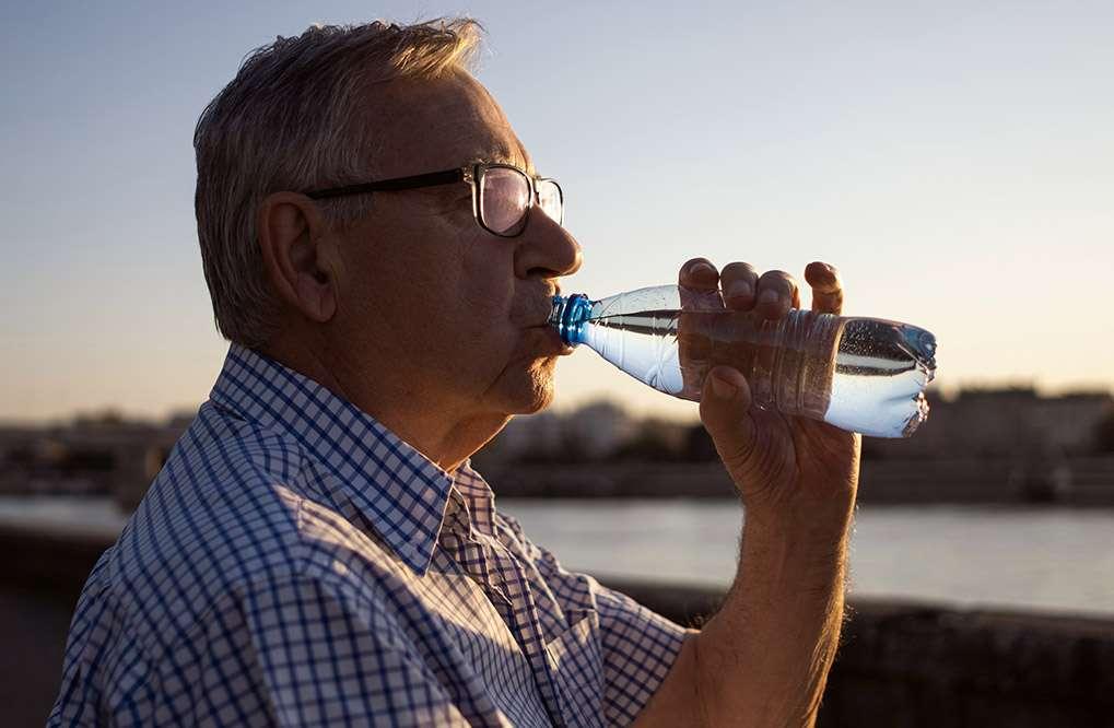 Beber água ajuda a evitar dores nas costas: confira!